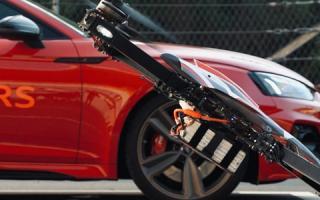 天性使燃,至强动力!F1000 X-Class Drone VS Audi RS